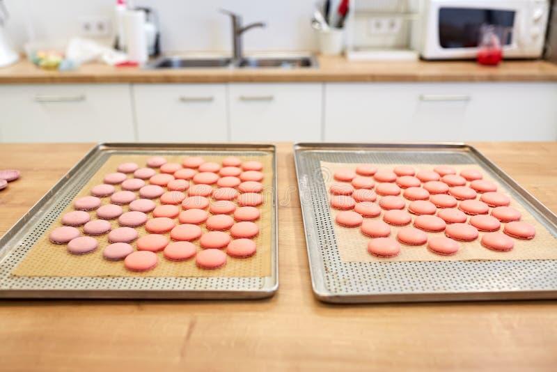 Macarons op ovendienbladen bij banketbakkerij royalty-vrije stock foto's