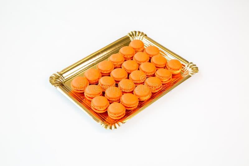 Macarons oranges avec le fond blanc images stock