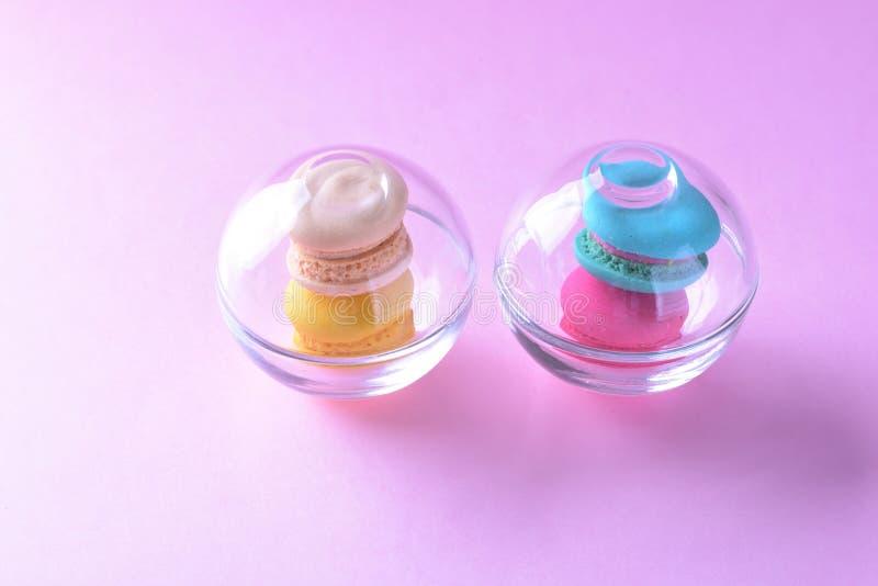 Macarons ou bolinhos de amêndoa coloridos no beauti de vidro do doce da sobremesa do copo imagens de stock