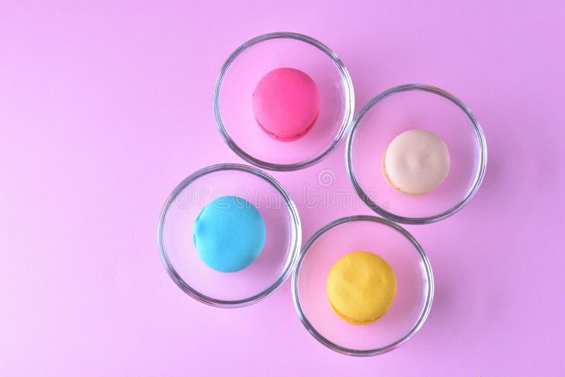Macarons ou bolinhos de amêndoa coloridos no beauti de vidro do doce da sobremesa do copo fotografia de stock