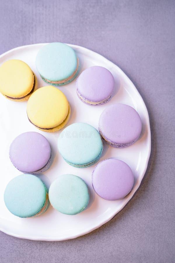 Macarons ou dessert en bon état, pourpres et jaunes de macarons Copiez l'espace, vue sup?rieure images libres de droits