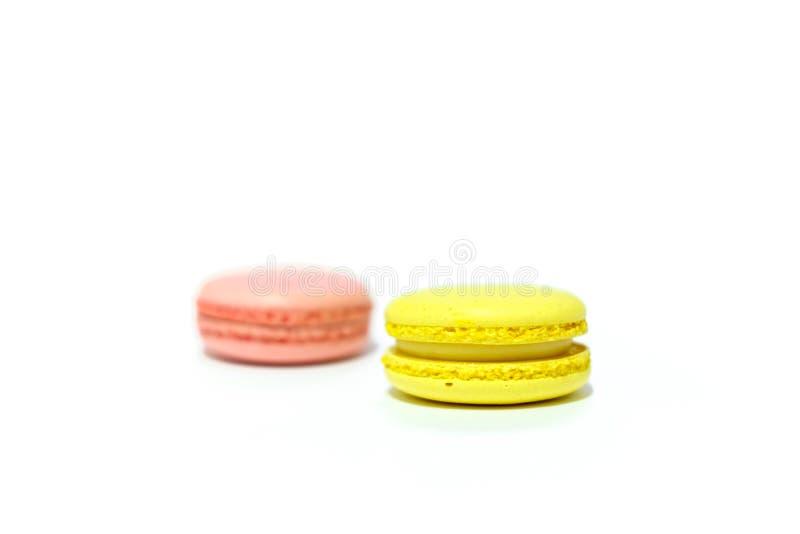 Macarons på vit bakgrund arkivfoto