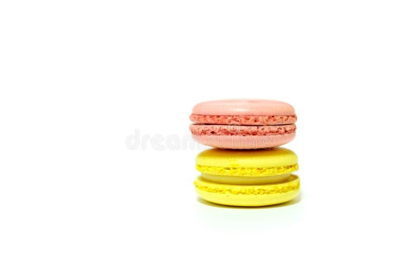 Macarons på vit bakgrund arkivbild