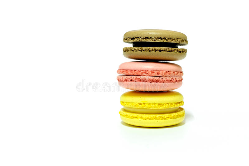 Macarons på vit bakgrund arkivbilder