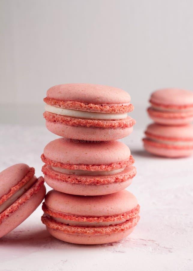 Macarons rosa in pila fotografia stock libera da diritti