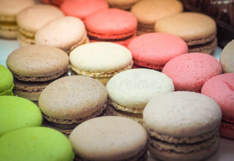 Macarons savoureux color?s dans une rang?e photographie stock