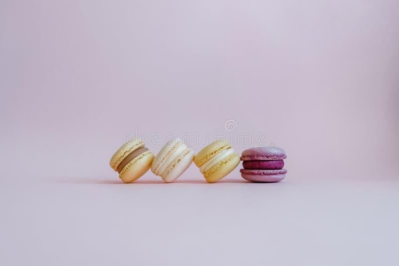 Macarons savoureux de couleur sur le fond rose photo stock