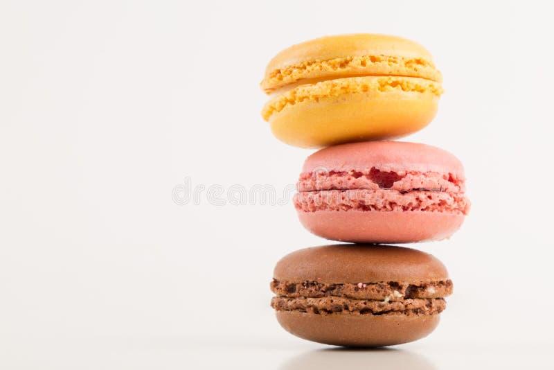 Macarons-Stapel, bunter Stapel von drei Macarons, lokalisiert auf weißem Hintergrund, Kopienraum stockfotografie