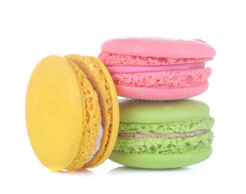 Macarons tortas multicoloras francesas de los macarrones Pequeña torta dulce francesa en el fondo aislado blanco Postre Dulces fotografía de archivo