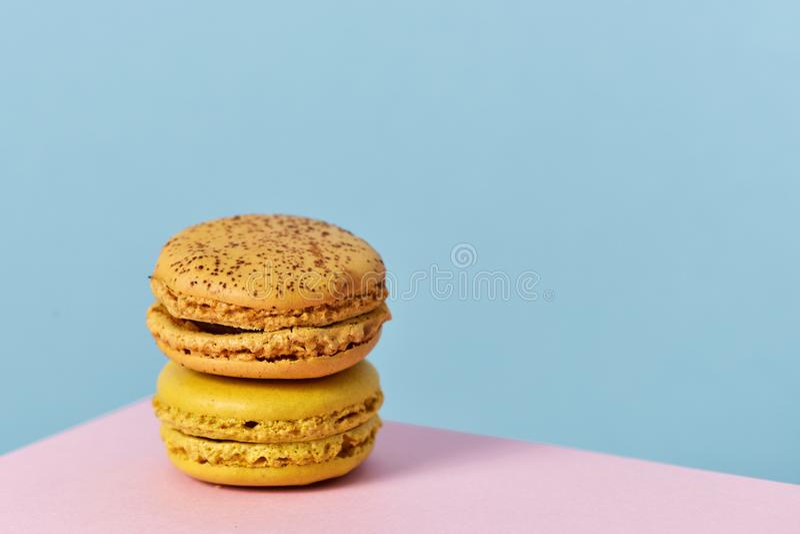 Macarons van verschillende aroma's stock afbeeldingen