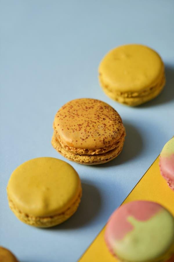 Macarons van verschillende aroma's stock foto's