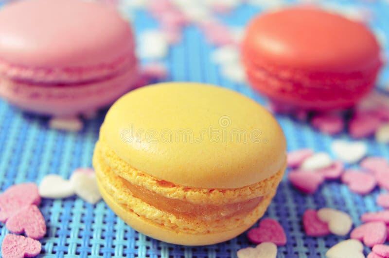 Macarons van verschillende kleuren en aroma's stock foto's