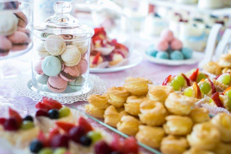 Macarons variopinti e dolci fotografia stock