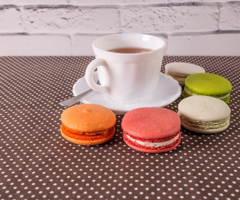 Macarons variopinti e saporiti francesi fotografia stock
