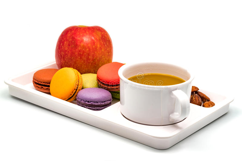 Macarons variopinto, Apple, mandorle e una tazza di caffè fotografia stock