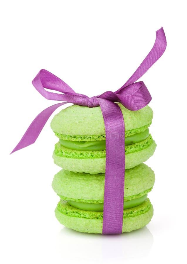 Macarons verdes com fita roxa fotografia de stock royalty free
