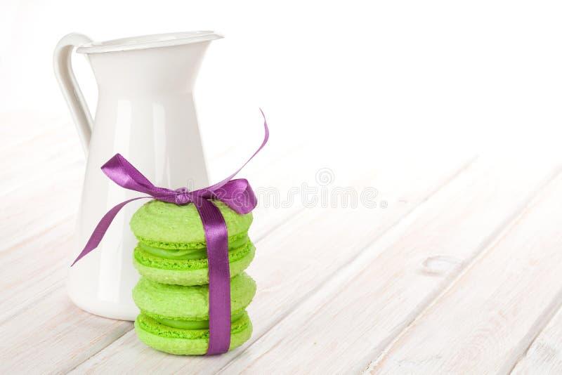 Macarons verdes com fita roxa imagem de stock royalty free