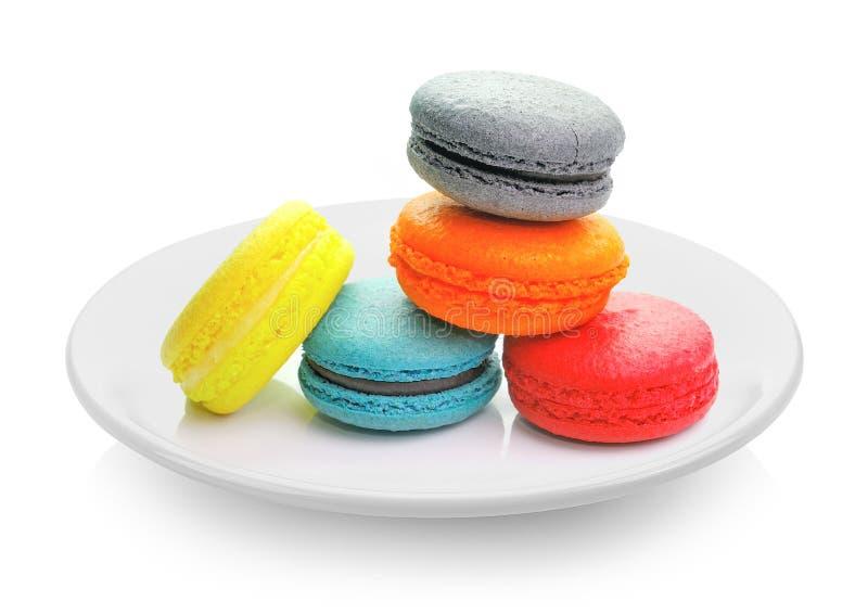 Macarons w talerzu na białym tle zdjęcia royalty free