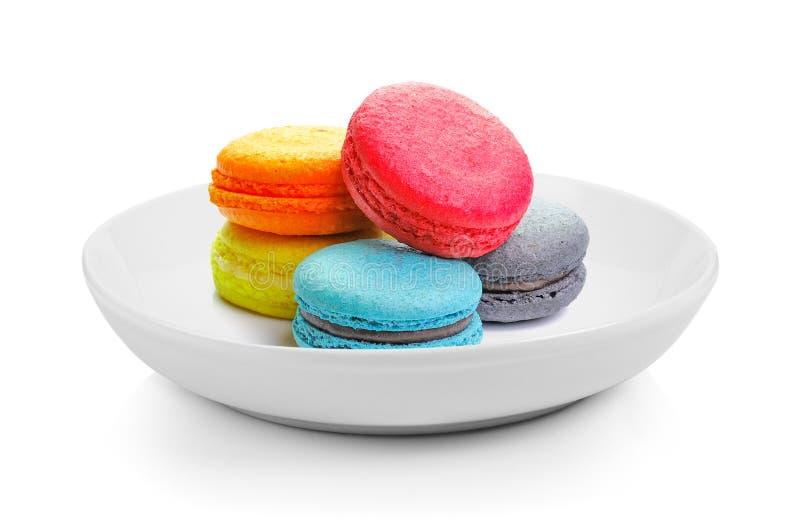 Macarons w talerzu na białym tle zdjęcie stock