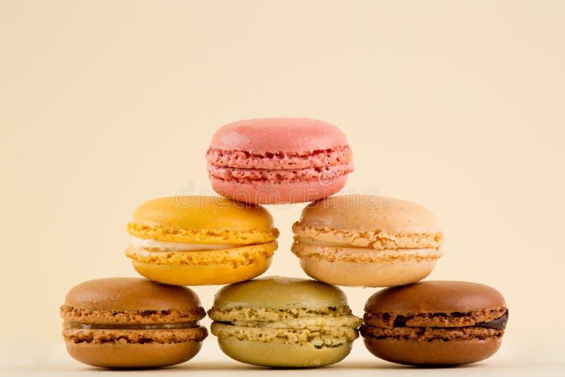 Macaronsstapel, Mooie veelvoudige Gekleurde die Stapel van Macarons, op gele achtergrond wordt geïsoleerd stock foto's