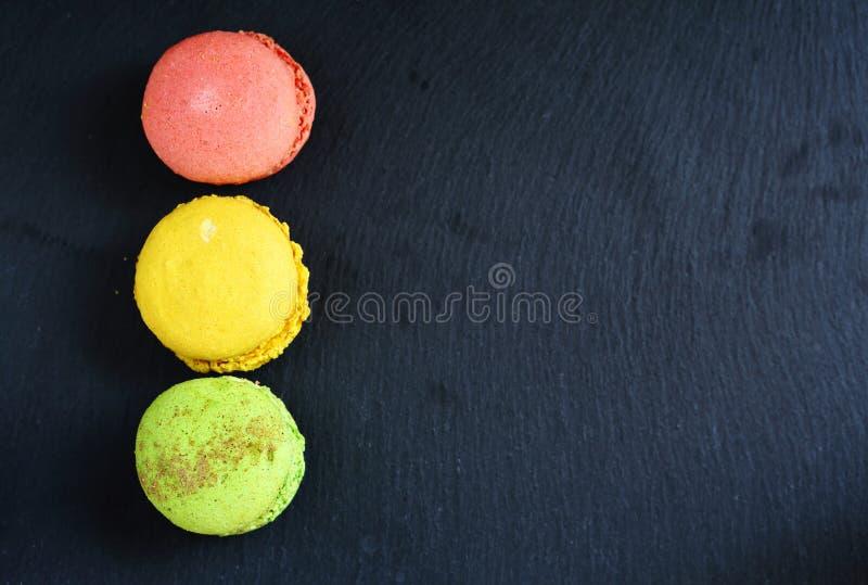 Macaroon цвета на предпосылке шифера стоковые изображения