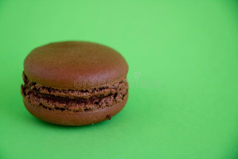 Macaroons σοκολάτας στο πράσινο υπόβαθρο στοκ φωτογραφίες