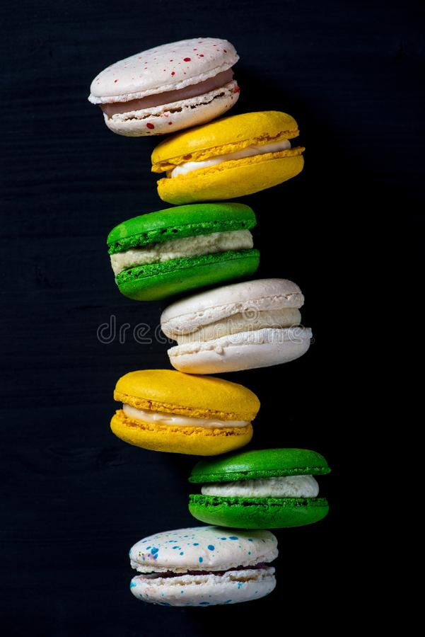 Macaroons на темной предпосылке, красочные французские macarons печений стоковые фото