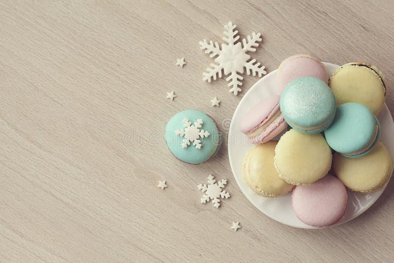 Macaroons тортов в дизайне рождества зимы Печенья со снежинками на деревянной предпосылке звезды абстрактной картины конструкции  стоковое фото rf