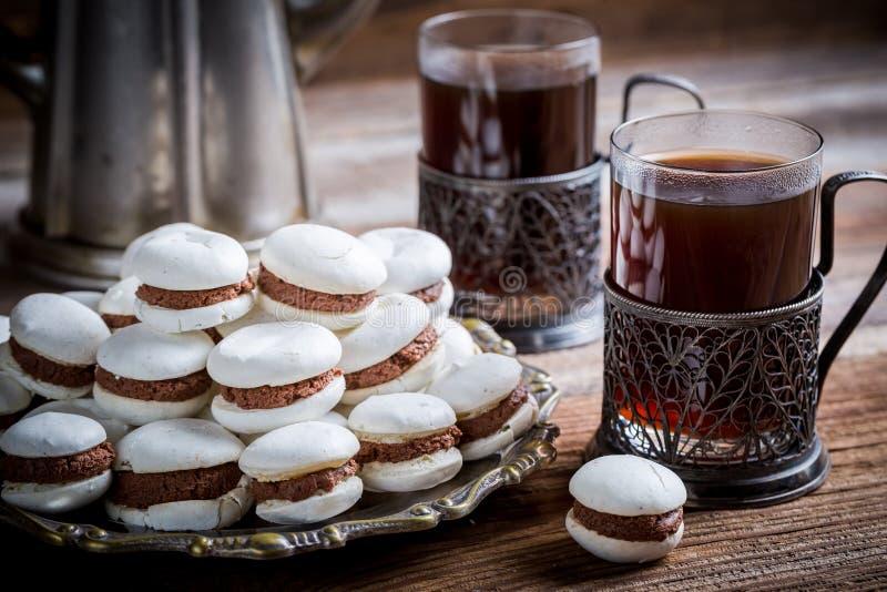 Macaroons шоколада, который служат с кофе стоковая фотография rf