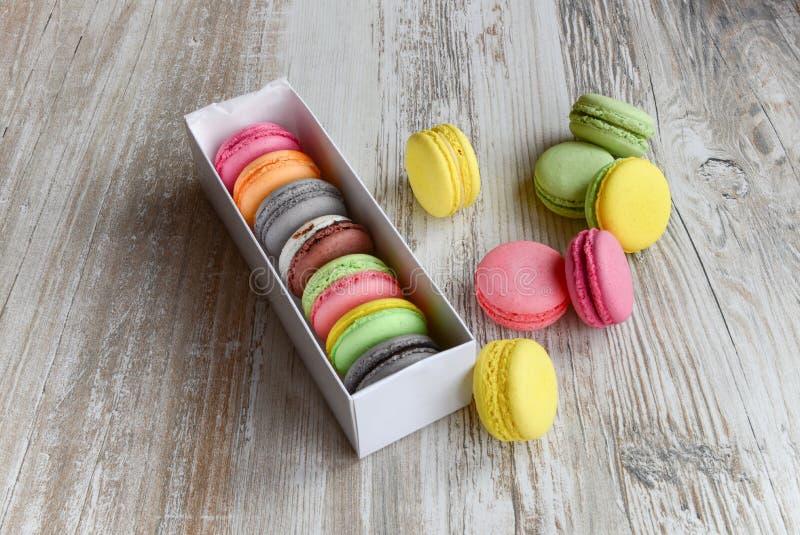 Macaroons coloridos na caixa imagem de stock