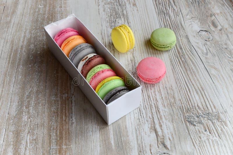 Macaroons coloridos na caixa imagens de stock royalty free
