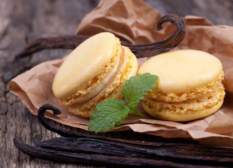 Macaroons com feijões de baunilha fotos de stock royalty free