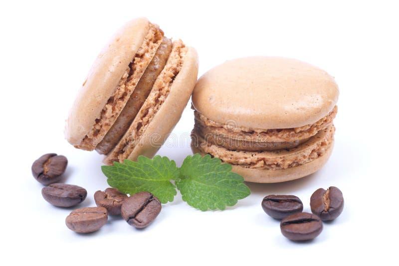Macaroons com feijões de café imagens de stock royalty free