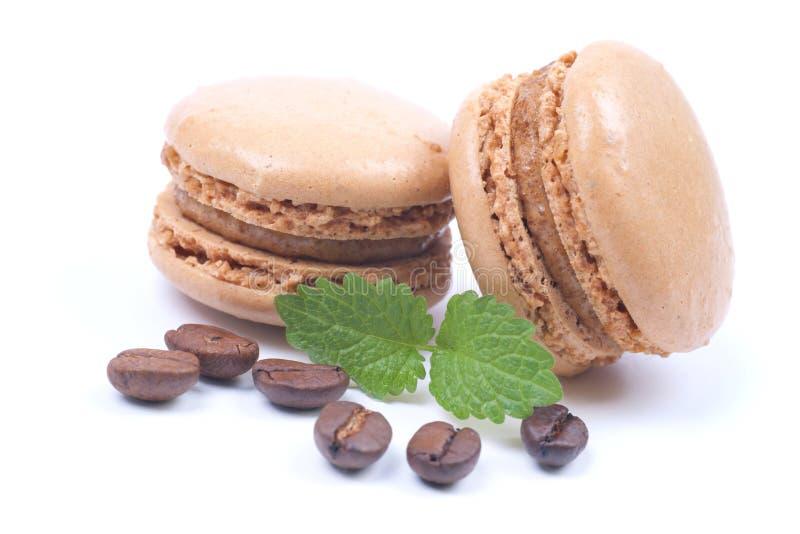 Macaroons com feijões de café imagens de stock
