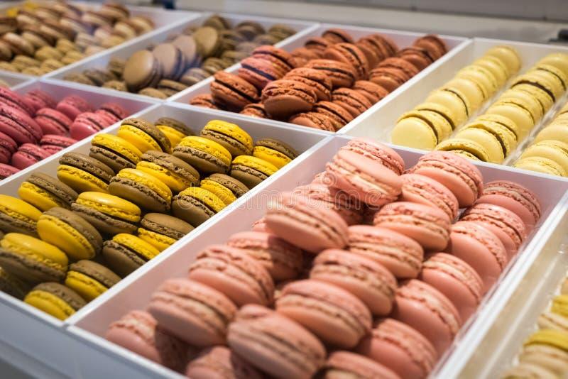 Macaroons cukierków Kolorowi tradycyjni francuscy macarons w sklepie fotografia royalty free