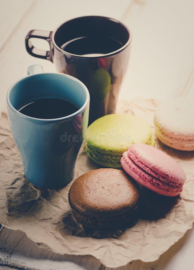 Macaroons e café imagens de stock royalty free