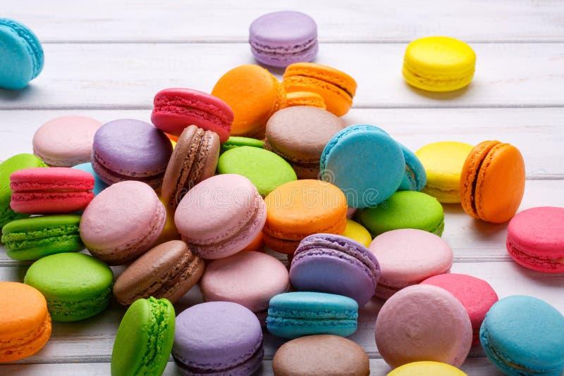 Macaroons franceses Bolinhos de amêndoa do café, do chocolate, da baunilha e da framboesa, tom do vintage fotografia de stock royalty free