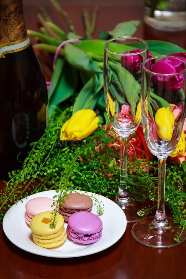 Macaroons na talerzu z wiązką kwiaty obrazy stock