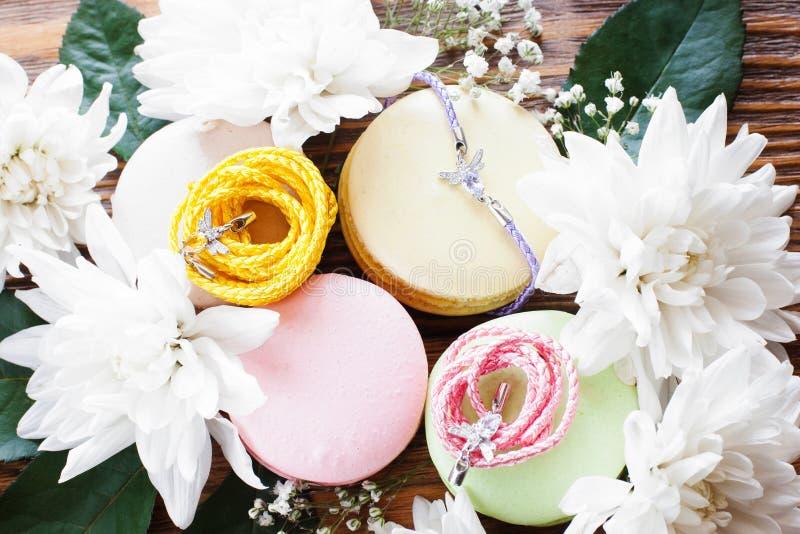 Macaroons w kwiat ramie z akcesoriami zdjęcie royalty free