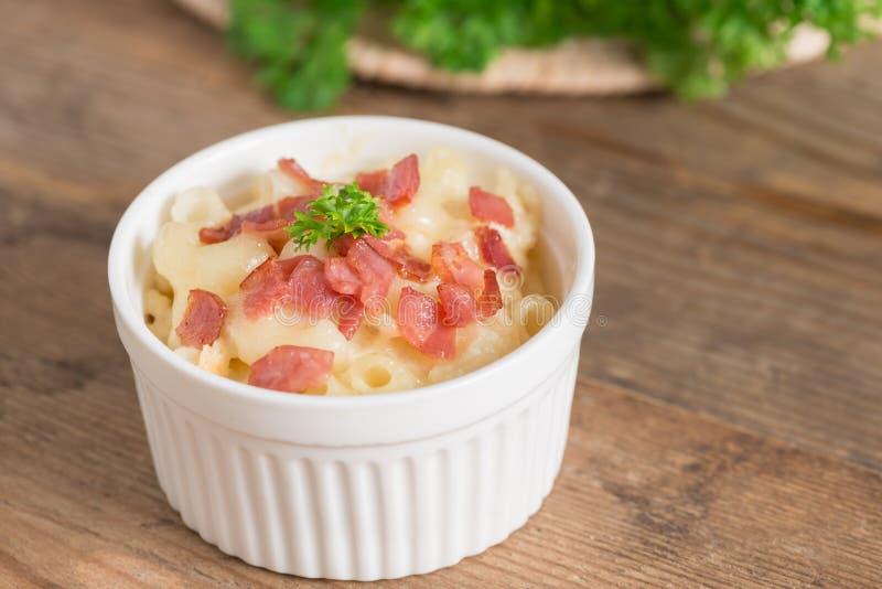 Macarrão e queijo com presunto fotos de stock
