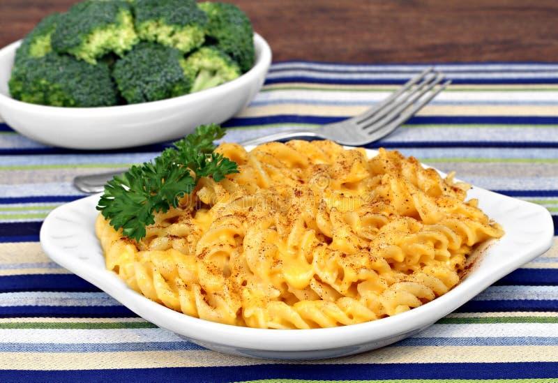 Macarrão e queijo cozidos espiral imagem de stock royalty free
