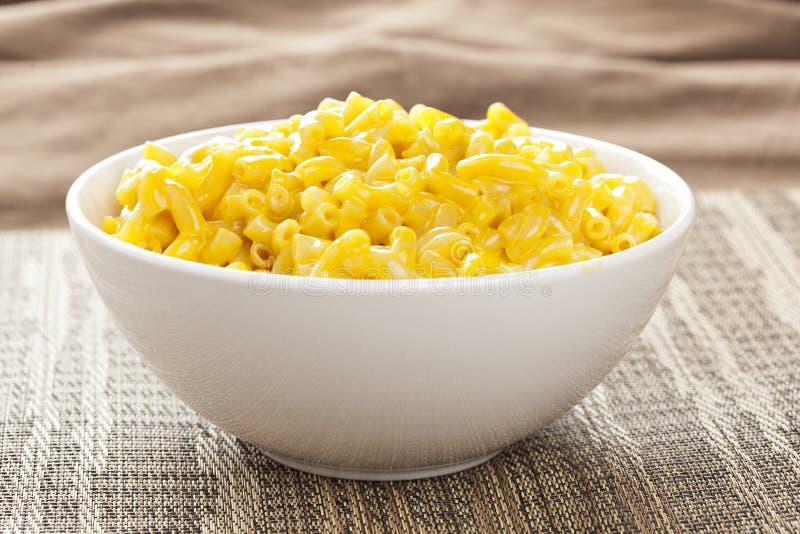 Macarrão e queijo em uma bacia imagens de stock