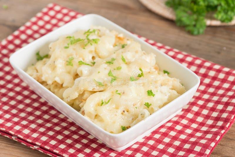 Macarrão e queijo na bacia branca imagens de stock