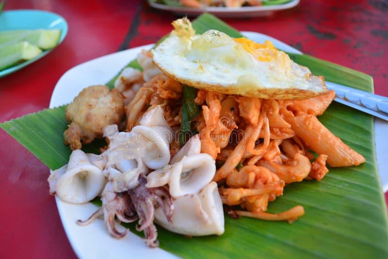 Macarrão fritado tailandês com calamar e camarão, Tailândia foto de stock