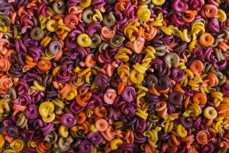 macarrão Multi-colorido de um formulário incomum com as tinturas vegetais naturais close up do fundo imagens de stock royalty free