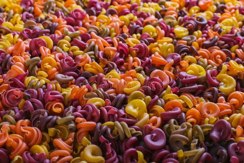 macarrão Multi-colorido de um formulário incomum com as tinturas vegetais naturais close up do fundo imagem de stock royalty free