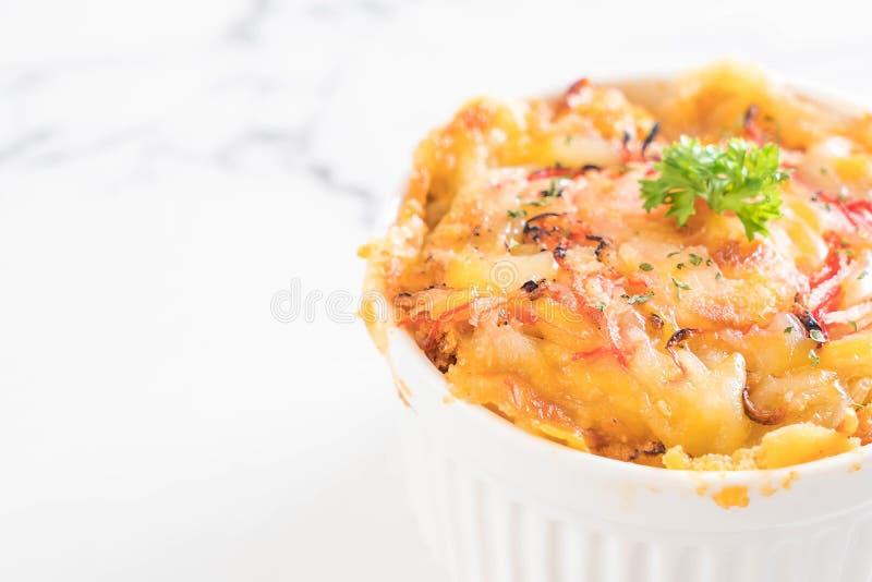 macarrones cocidos con el palillo del queso y del cangrejo fotografía de archivo libre de regalías