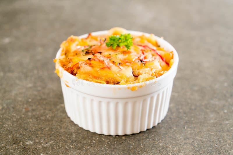 macarrones cocidos con el palillo del queso y del cangrejo imagen de archivo