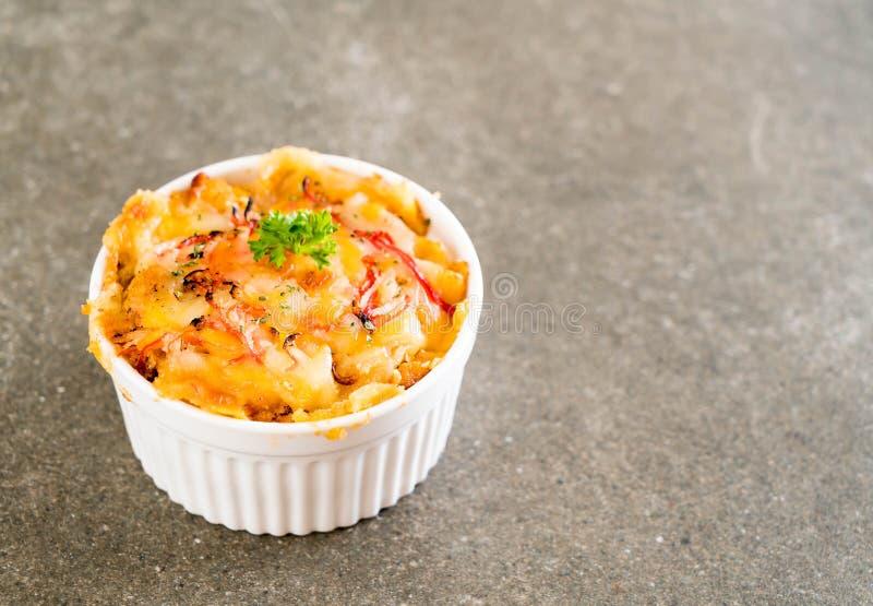 macarrones cocidos con el palillo del queso y del cangrejo imágenes de archivo libres de regalías
