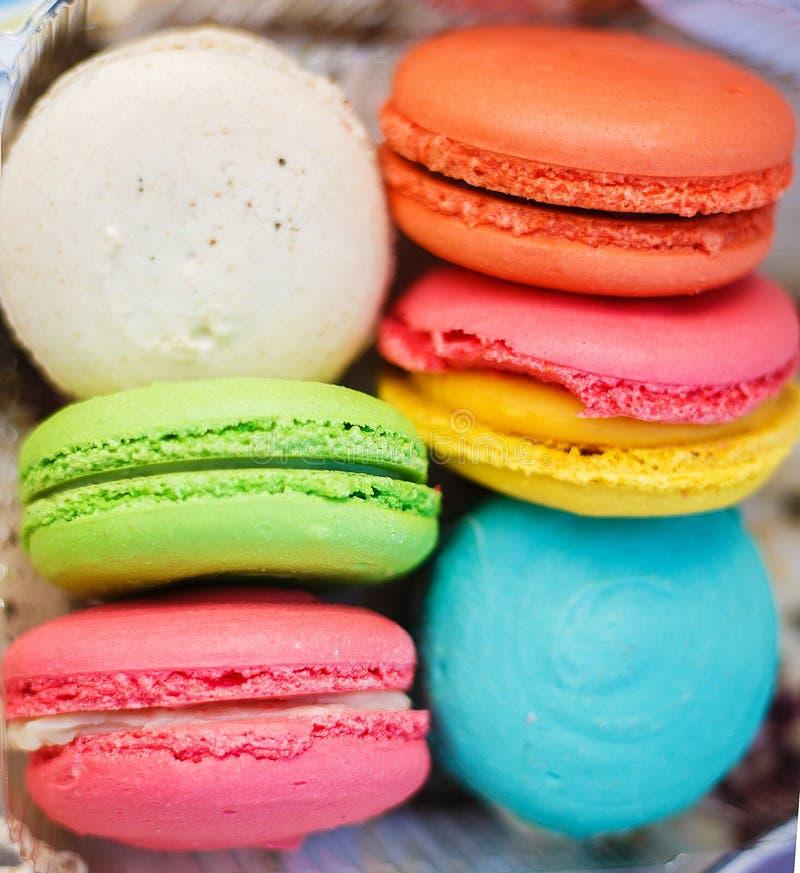 Macarrones coloridos de los pasteles de los pasteles del postre de los dulces deliciosos de la comida foto de archivo
